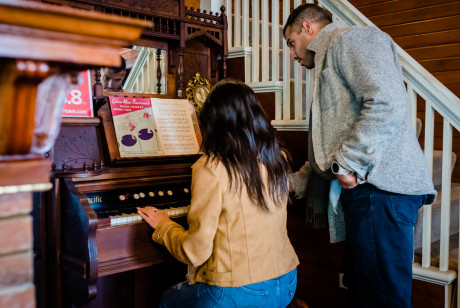 Gilbert Inn - Play The Piano